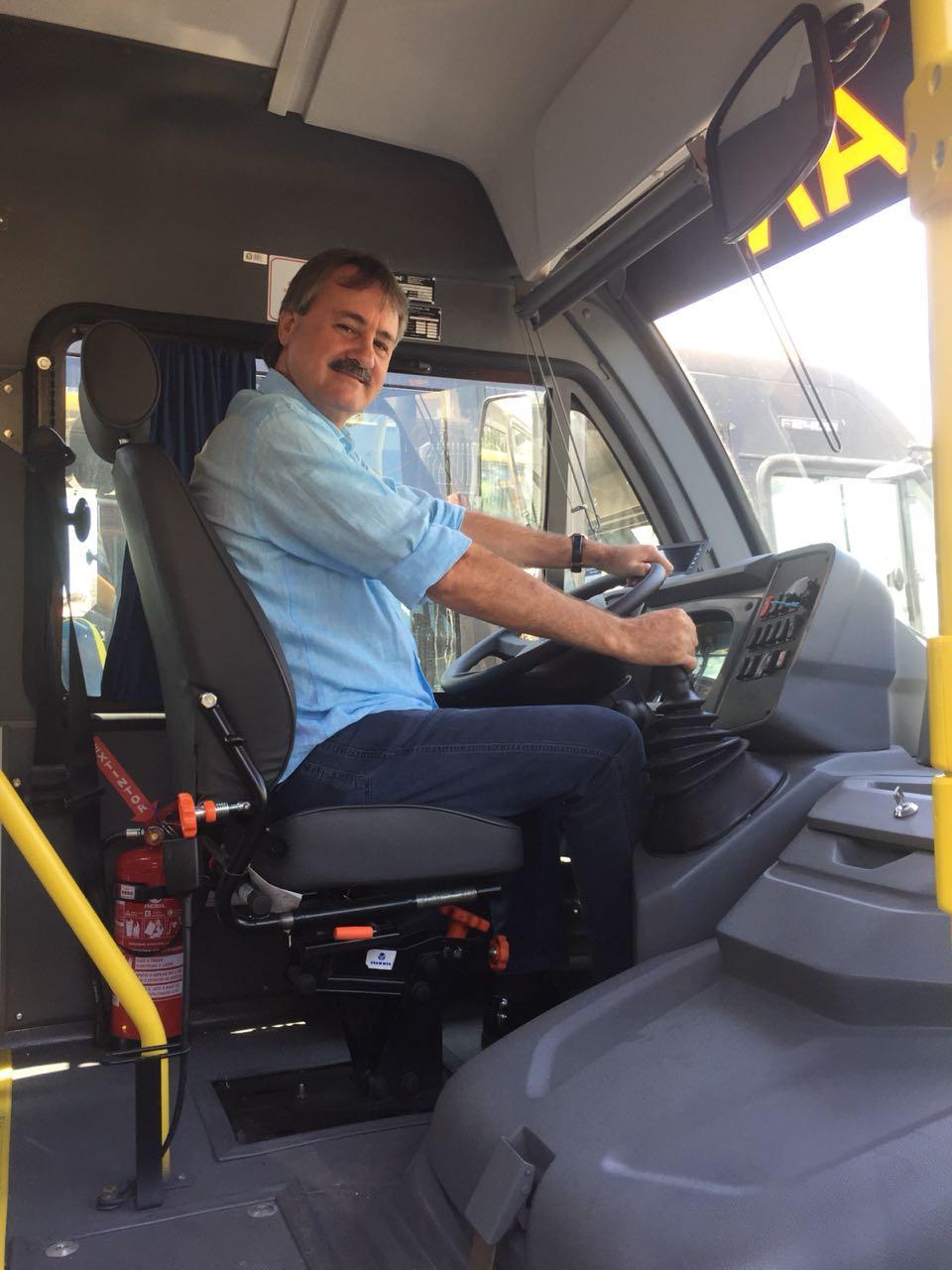 Tobardini recebe novo ônibus escolar.