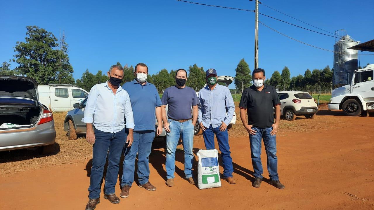 Recebendo as sementes de trigo na EMBRAPA Pecuária Sudeste com o Doutor Pesquisador André Novo