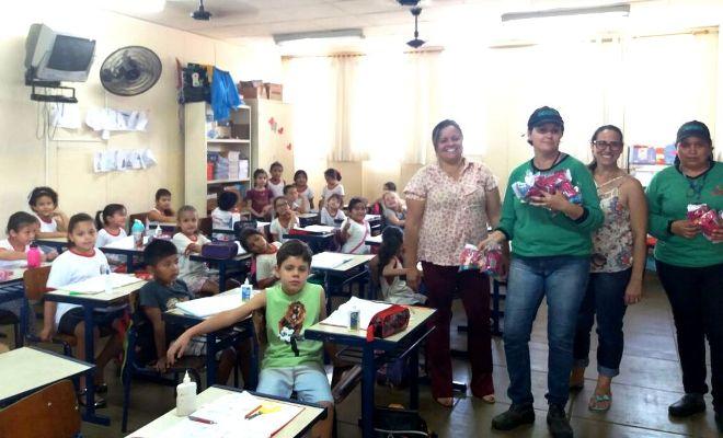 Crianças participam de ação que elimina focos da dengue