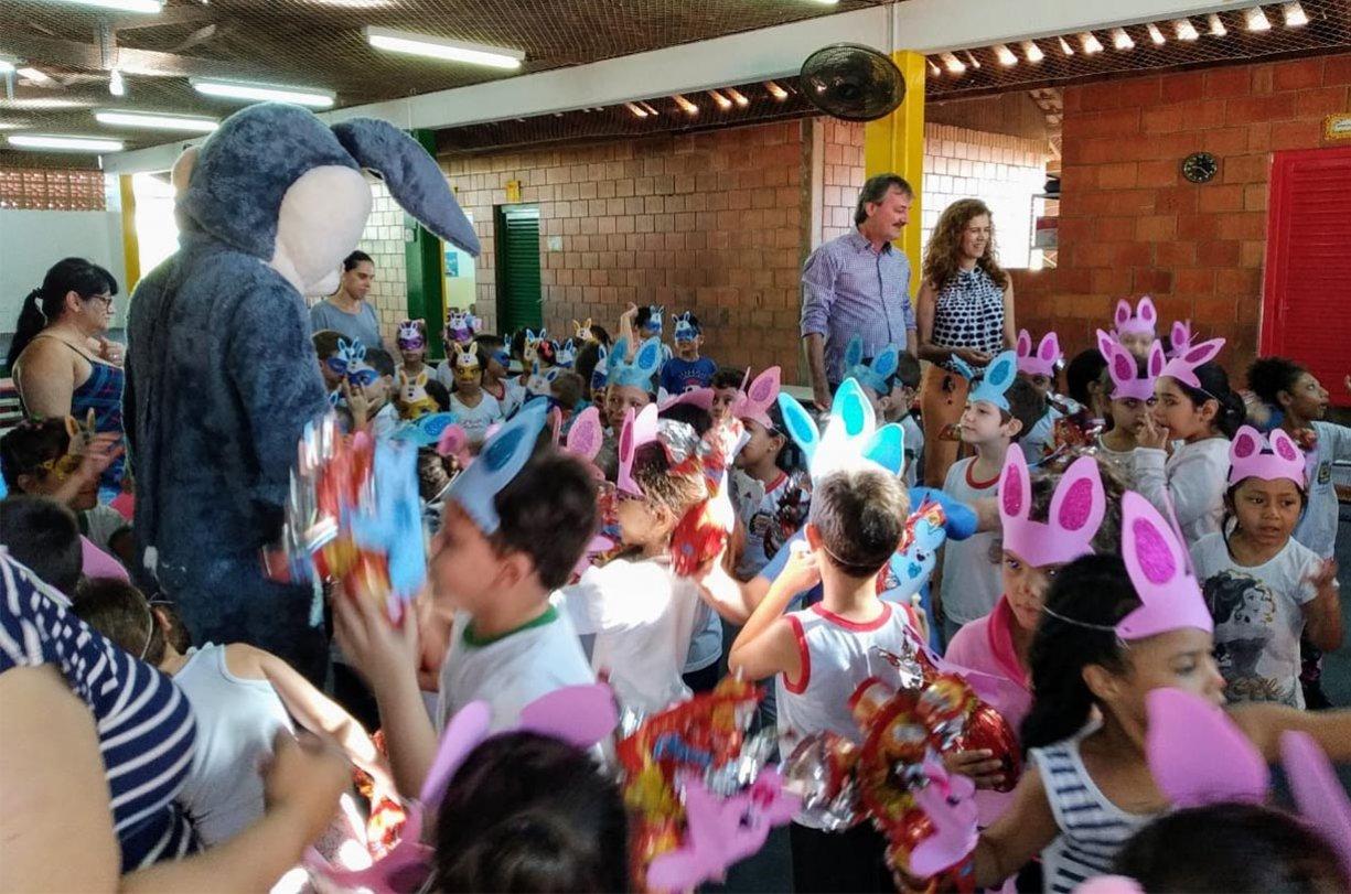 Prefeitura entrega ovos de Páscoa para crianças das creches municipais