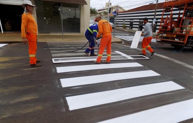 Faixa de pedestre é instalada no Centro