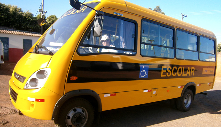 Prefeitura recebe mais um ônibus para transporte de alunos