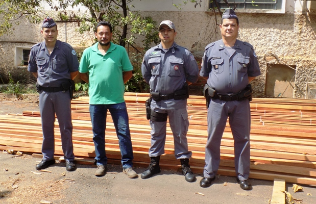 Polícia Ambiental doa madeira apreendida à Prefeitura