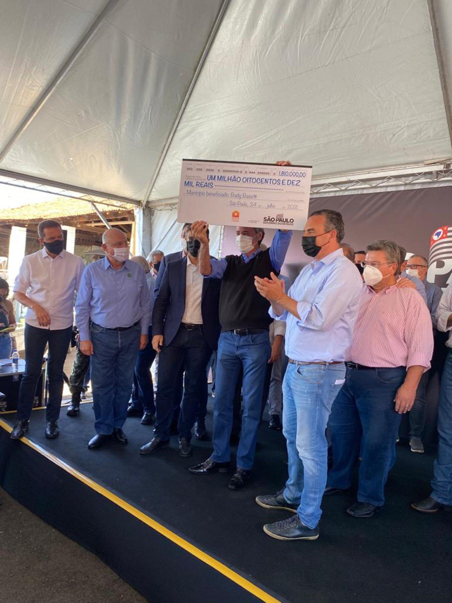Vice-Governador entrega cheque de R$1,8 milhões para habitação e inaugura ponte do Jacutinga em Bady