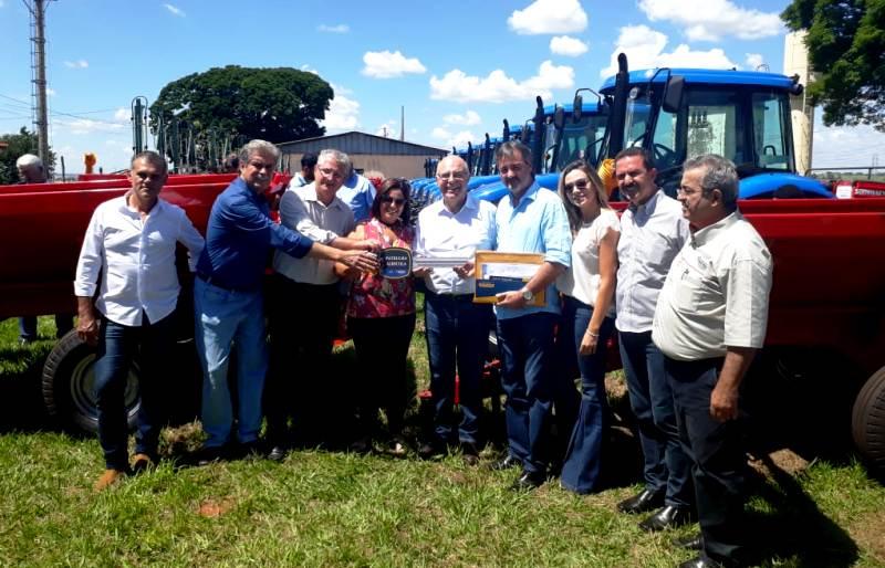 Prefeitura de Bady conquista trator e implementos a agricultores