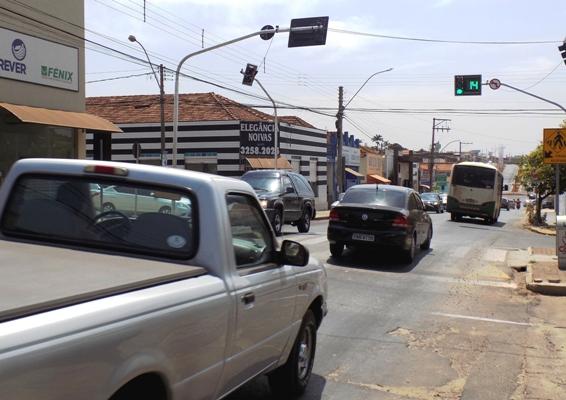 Semáforo com contagem regressiva é instalado na Camilo de Moraes
